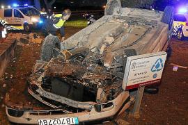 Un coche queda volcado sobre el arcén en Palma y el conductor se da a la fuga