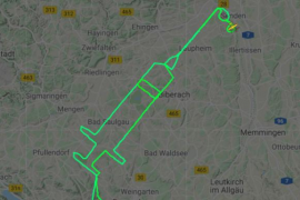 Un piloto dibuja una jeringa en el cielo para celebrar la vacunación en Europa