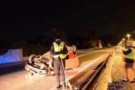 Un fuerte golpe de viento provoca el accidente y el vuelco de un coche en Andratx