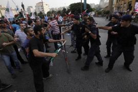 Enfrentamientos en el funeral de Al Hasan entre policía y manifestante