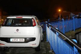 Un conductor ebrio encaja su coche en la pasarela peatonal de Son Oliva