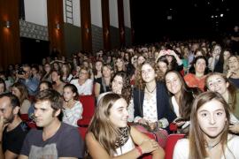 Fervor juvenil en Palma por ver a los protagonistas de 'Polseres Vermelles'