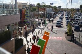 Colapso en los accesos a Palma por la afluencia a los centros comerciales