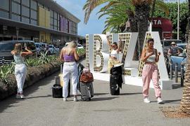 Imagen de archivo de turistas este verano en el aeropuerto haciéndose fotos con el nombre 'Ibiza'
