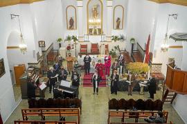 En el concierto participaron la violinista Laura Boned, el párroco Vicent Tur Palau y miembros de grupos corales del municipio
