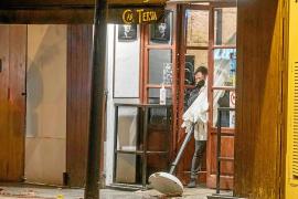 Los establecimientos de hostelería deberán inhabilitar el interior y el exterior y solo podrán servir comida para llevar desde la puerta