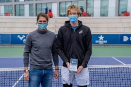 Rafa entrega a Bellier el trofeo de campeón del ITF de la academia