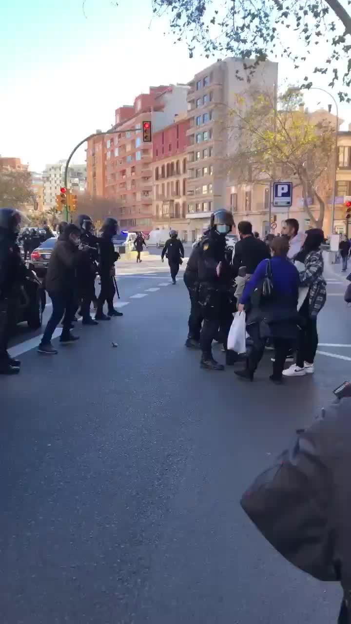 Incidente entre una manifestante y la policía en la concentración de los restauradores