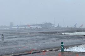 Decenas de viajeros protestan en Barajas tras una nueva cancelación de su vuelo a La Habana