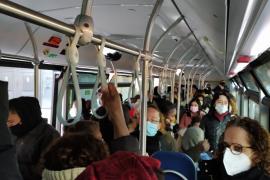 Pasajeros de la EMT denuncian aglomeración en un autobús