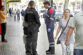 Un ladrón golpea con una pistola a un hombre cuando salía de un banco en Palma