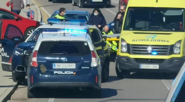 Un coche atropella a un joven que iba en patinete