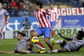 El Atlético aguanta el ritmo del líder en un duelo incómodo