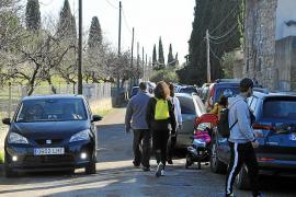 El caos circulatorio vuelve a ses Ufanes por los aparcamientos indebidos