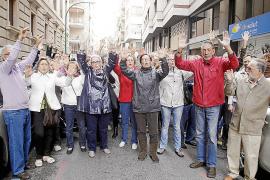 Los jubilados del IB-Salut gritan 'manos arriba, esto es un atraco'