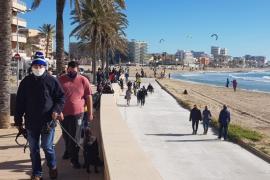 El buen tiempo anima a los ciudadanos a pasear y disfrutar del mar