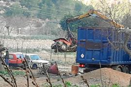 Denuncian la conversión de un espacio forestal en un 'cementerio' de coches en Calvià