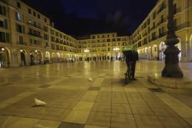 Una 'revetla' de Sant Sebastià con las plazas vacías y una Policía vigilante