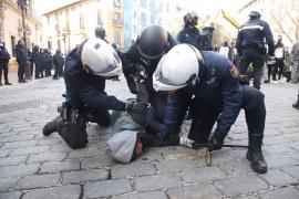 Los policías han retenido a uno de los manifestantes