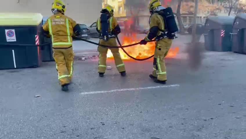 Los pirómanos atacan de nuevo y prenden fuego a dos baterías de contenedores en Palma