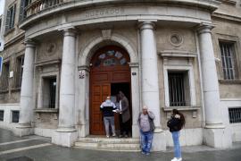 Sancionados tres funcionarios de los juzgados de Palma al ser 'cazados' de fiesta en el interior de un bar