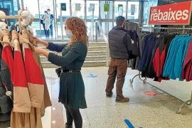 Las grandes superficies reciben el permiso para vender ropa de abrigo y aprovechar las rebajas