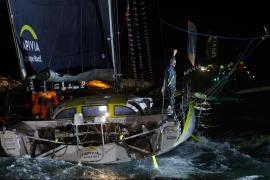 El 'Apivia' cruza primero la meta de la Vendée Globe