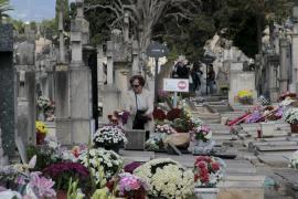 Unas 25.000 personas visitan estos días los cementerios de Ciutat