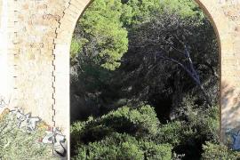 Un hombre resulta herido grave al precipitarse del puente del Torrent dels Jueus