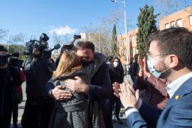 Forcadell sale de prisión y se reencuentra con Junqueras dos años después