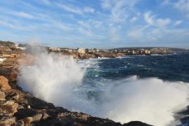 Emergencias alerta de fuertes rachas de viento y oleaje en Baleares