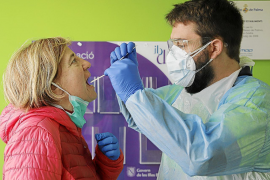 Los contagios caen en picado en Baleares: menos de 100 positivos en un día