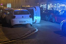 Vuelco desconcertante de un coche en el centro de Palma