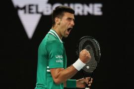 Djokovic sobrevive a Zverev y se cita con el sorprendente Karatsev