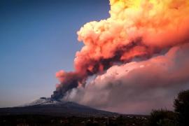 Cierra el aeropuerto de Catania tras una una erupción en el Etna