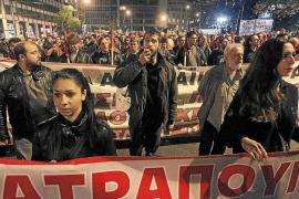 El Parlamento griego vota un nuevo recorte rodeado de manifestantes
