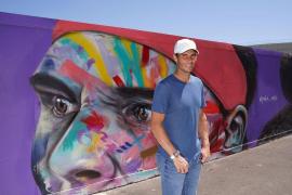 Nadal posa con su grafiti en Melbourne Park
