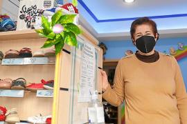 Purificación Mesa ha decidido poner fin a su etapa como responsable de la zapatería que ha regentado durante dos décadas para dedicarse a su familia y aficiones