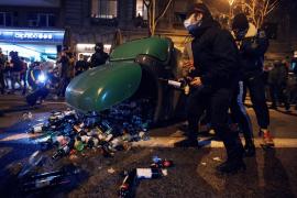 Lanzamientos de botellas y barricadas en nueva manifestación en Barcelona por Hasél