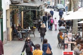 Las terrazas reabren en Mallorca a medio gas