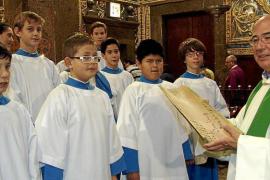 El nuevo obispo de Mallorca aporta su teja para la rehabilitación del santuario de Lluc