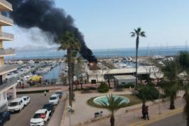 Incendio en un barco amarrado en Can Picafort