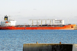 Atraca en Palma un petrolero después de que el capitán muriera en plena navegación