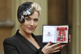 Kate Winslet condecorada  por la Reina Isabel II de Inglaterra