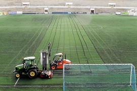 El Atlètic retira 15 toneladas de caucho del Estadi Balear