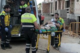 Un obrero herido al volcar la excavadora que manejaba en Palma
