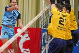 Raúl Muñoz ejecuta un remate durante el partido UD Ibiza Ushuaïa Volley-Melilla del pasado mes de enero