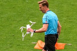 Un dron con una bandera contra la Eurocopa en Bilbao interrumpe el partido en San Mamés