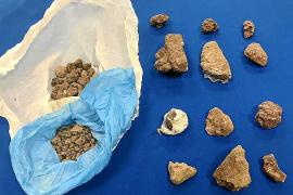 Trozos y bolsas de heroína intervenidos por los agentes al acusado
