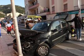 Aparatoso accidente entre dos coches en la rotonda de entrada de Andratx